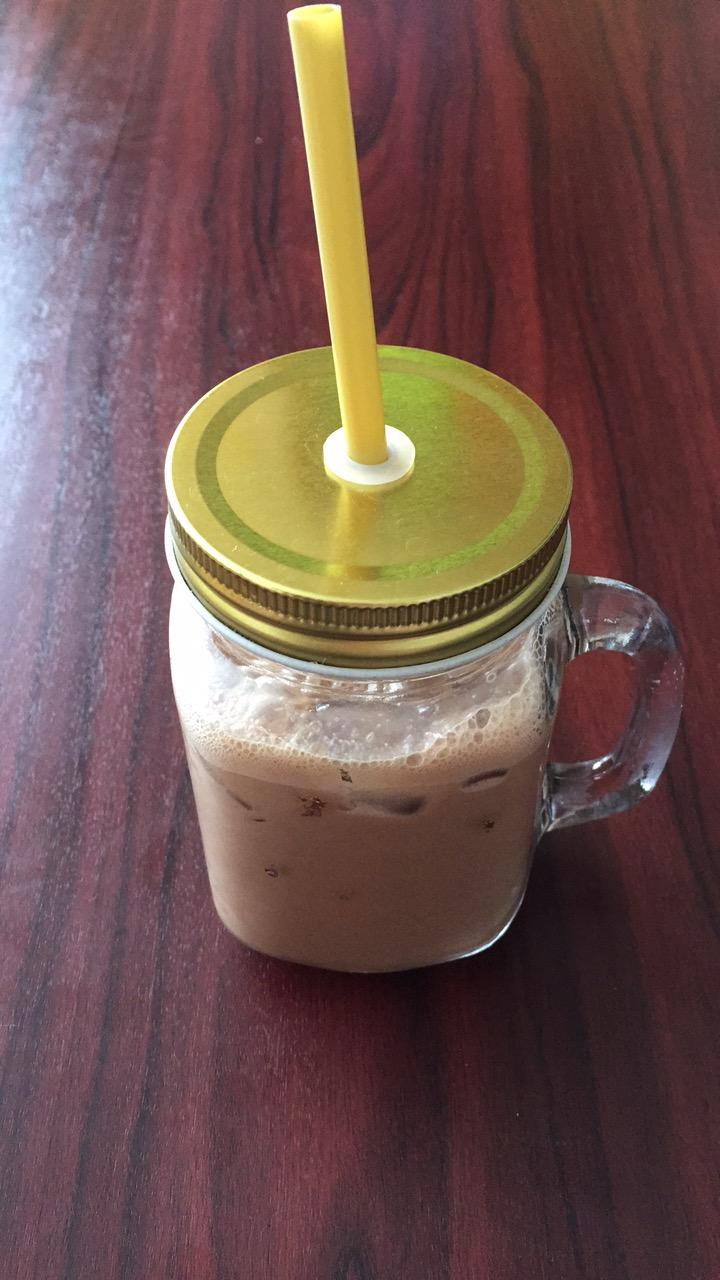 iskaffe, glass med sugerør